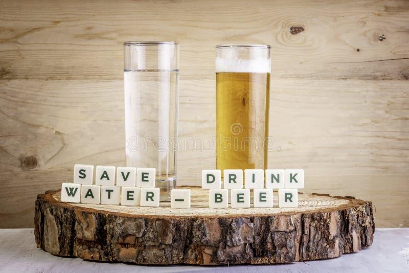 Salvar a cerveja da bebida da água - vidro da água com vidro da cerveja Conceito da ecologia fotos de stock