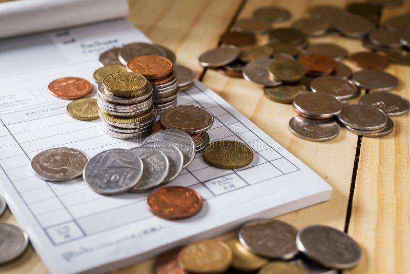 Salvar o conceito do dinheiro, pilha de moedas com conta de serviço público foto de stock royalty free
