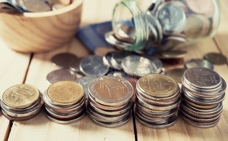 Salvar o dinheiro e explique conceito da finança da operação bancária fotografia de stock