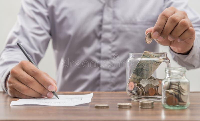 Salvar o dinheiro e explique operação bancária o conceito do negócio da finança foto de stock