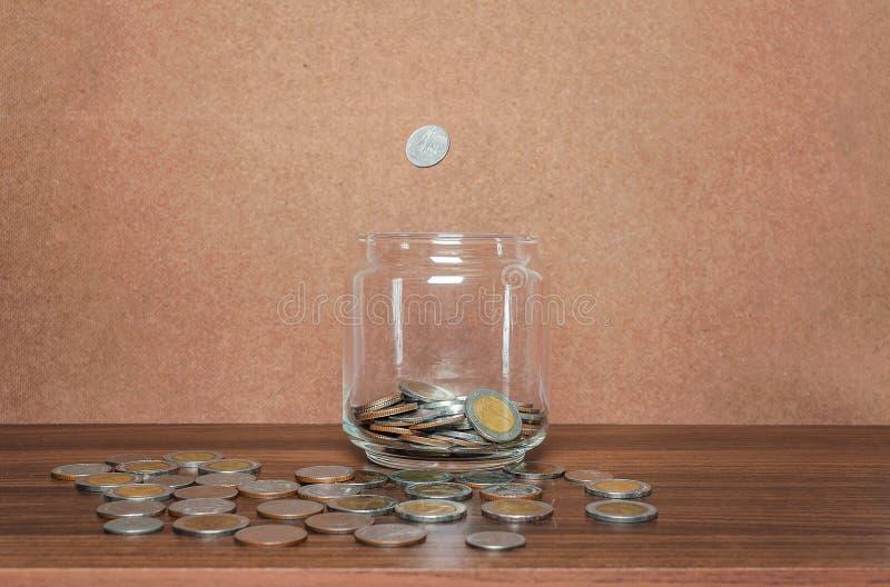 Salvar o dinheiro e explique opera??o banc?ria o conceito do neg?cio da finan?a imagem de stock royalty free