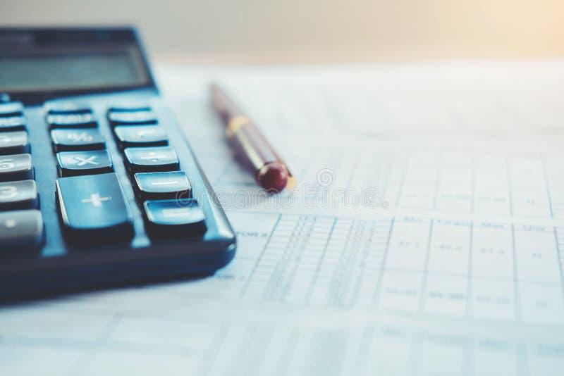 Salvar o dinheiro para o conceito home do custo fotografia de stock