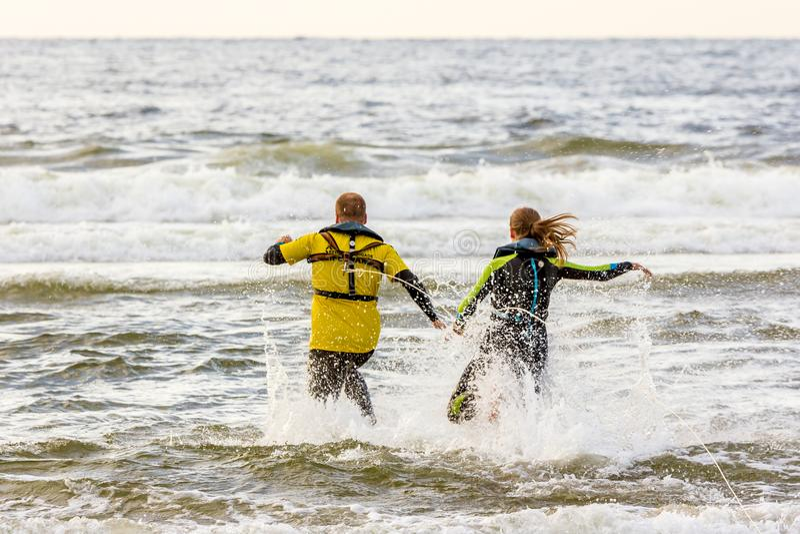 Salvas-vidas holandesas que conduzem as poupanças de vida da ressaca que traing na praia fotografia de stock royalty free