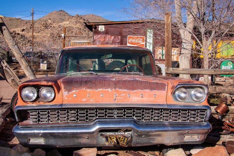 Salvataggio di Ford Mercury su un cortile di un deposito ad un itinerario 66 fotografia stock libera da diritti