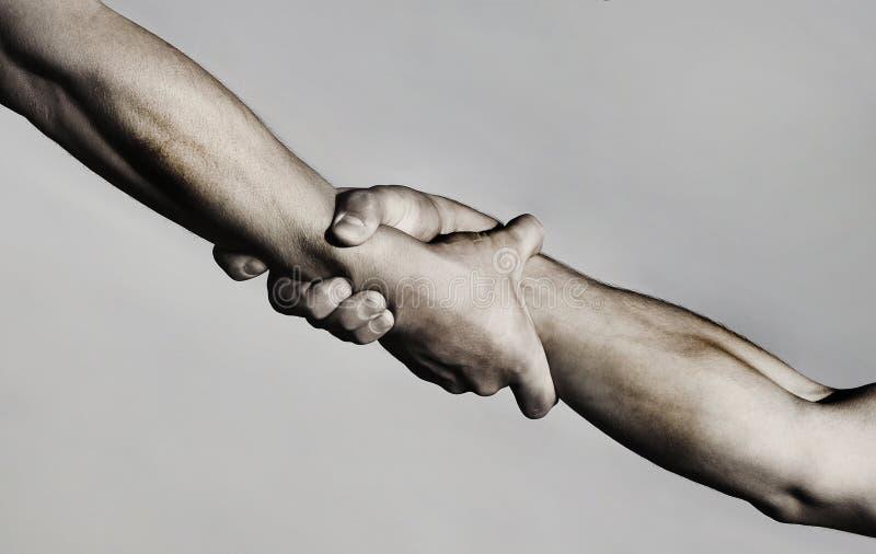 Salvataggio, gesto d'aiuto o mani Forte stretta Due mani, mano amica di un amico Stretta di mano, armi, amicizia immagine stock libera da diritti