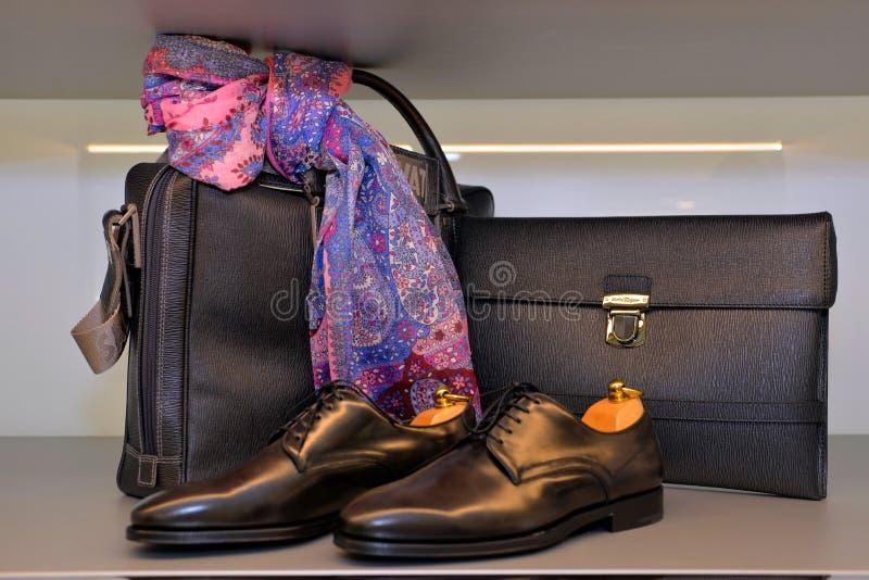 Salvatore Ferragamo pour les hommes, les chaussures en cuir faites main et l'écharpe de sacs, pourpre et rose images libres de droits
