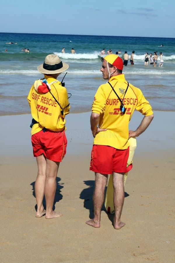 Salvavidas de hombres de la playa fotos de archivo