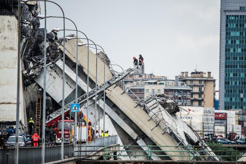 Salvavidas en el puente de Morandi en Génova, Italia fotos de archivo
