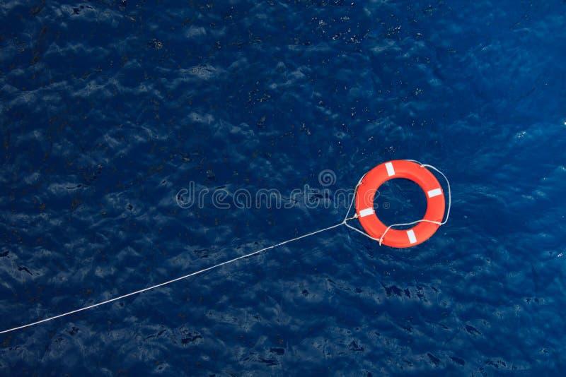 Salvavidas en un mar azul tempestuoso, equipo de seguridad en barco imágenes de archivo libres de regalías