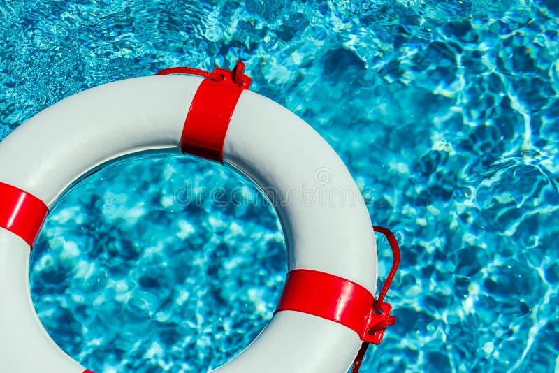 Salvavidas en una piscina imagen de archivo imagen de for Salvavidas para piscinas