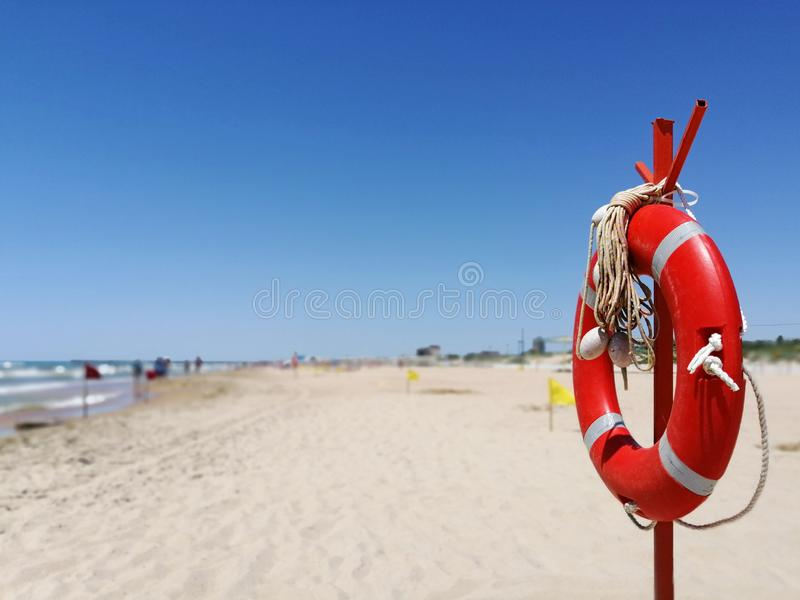 Salvavidas en una playa arenosa foto de archivo libre de regalías