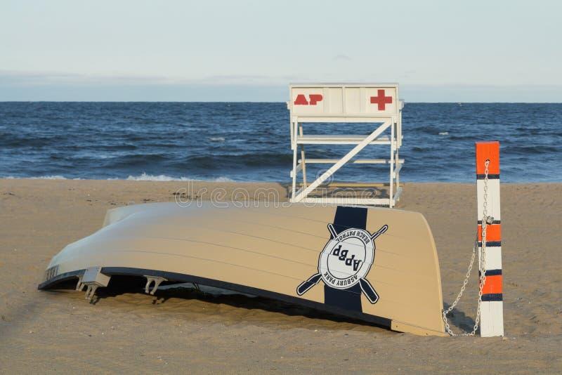 Salvavidas Stand de la patrulla de la playa del parque de Asbury y barco fotos de archivo libres de regalías