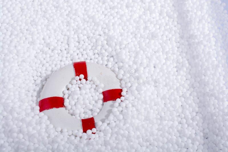 salvavita sulle palle bianche del polistirene espanso immagini stock libere da diritti