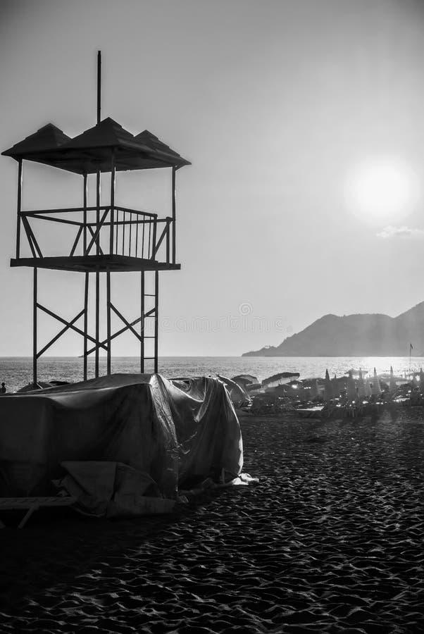 Salvi la spiaggia sabbiosa dell'oceano del mare della torre del bagnino al tramonto nella sera fotografia stock libera da diritti