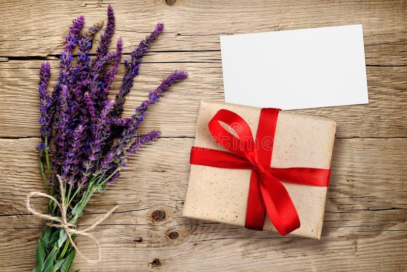 salvia和礼物盒花有名片的 库存图片