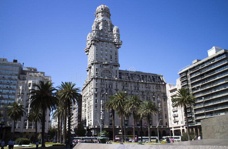 Salvo Palace från självständighetPlaza i Montevideo, Uruguay arkivfoto