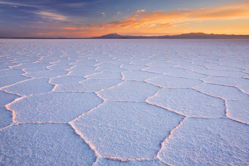 Salz flaches Salar de Uyuni in Bolivien bei Sonnenaufgang stockfotografie