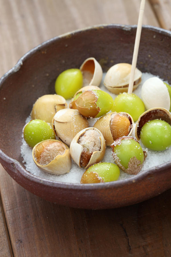 Salz gebratene Ginkgonüsse, japanisches Lebensmittel stockfoto