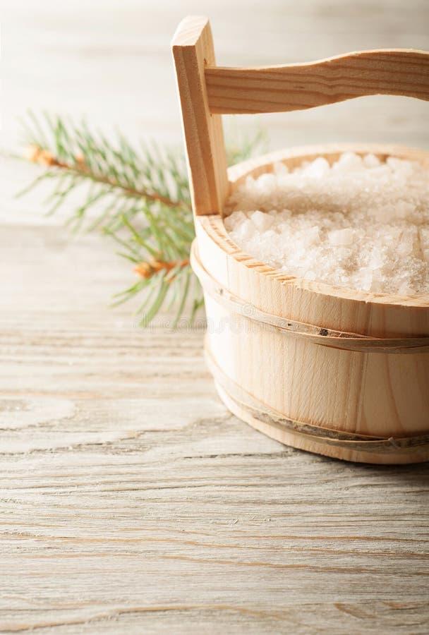 Salz im hölzernen Eimer lizenzfreies stockbild
