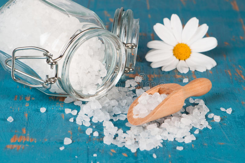 Salz mit Schaufel lizenzfreie stockbilder