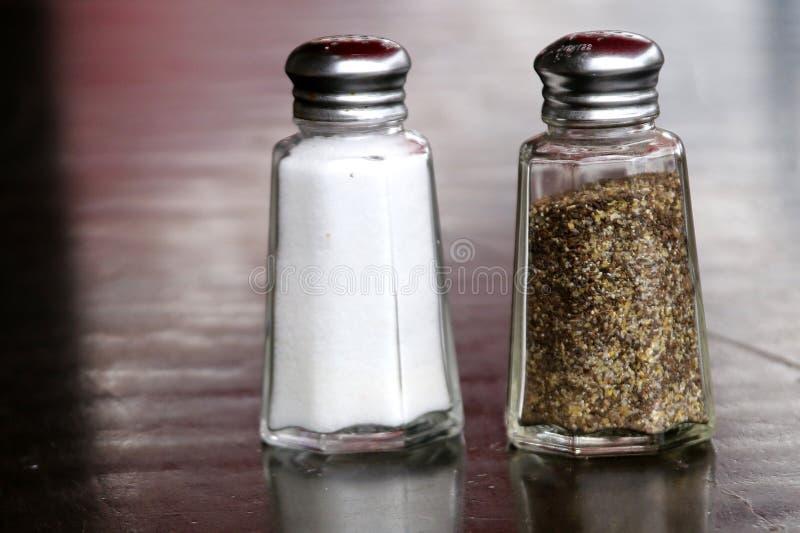 Salz- und Pfefferschüttele-apparat gehen zusammen stockfotos