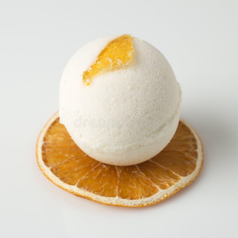 Salzbadebombe verzierte Orange stockfotos