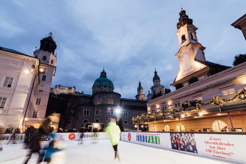 SALZBOURG, AUTRICHE - DÉCEMBRE 2018 : les gens patinant sur la patinoire au vieux marché de Noël de ville images libres de droits