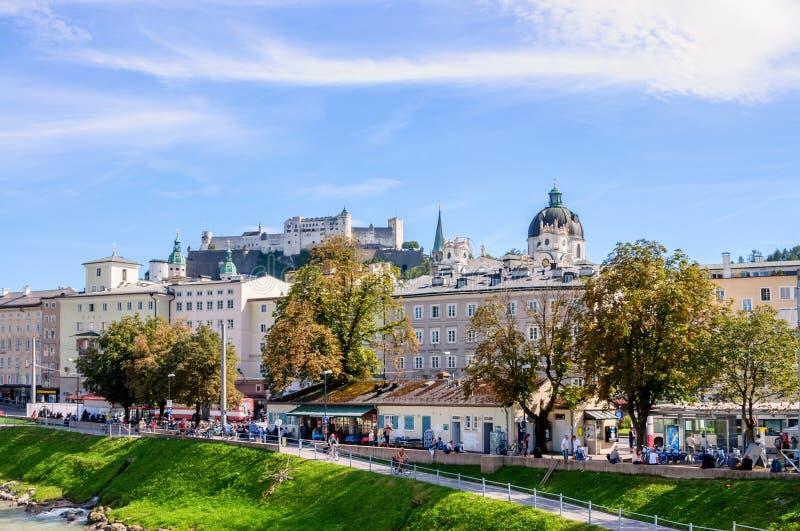 Salzburg, Áustria 08 28 2012 Vista de Salzburg com a parede da fortaleza foto de stock