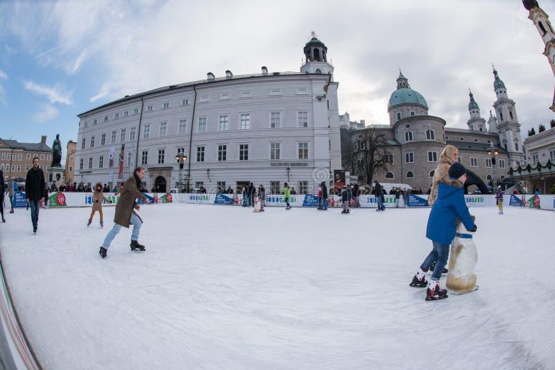 SALZBURG, ÖSTERREICH - 31. Dezember 2015 - Leute, die in Stadt eislaufen lizenzfreies stockfoto
