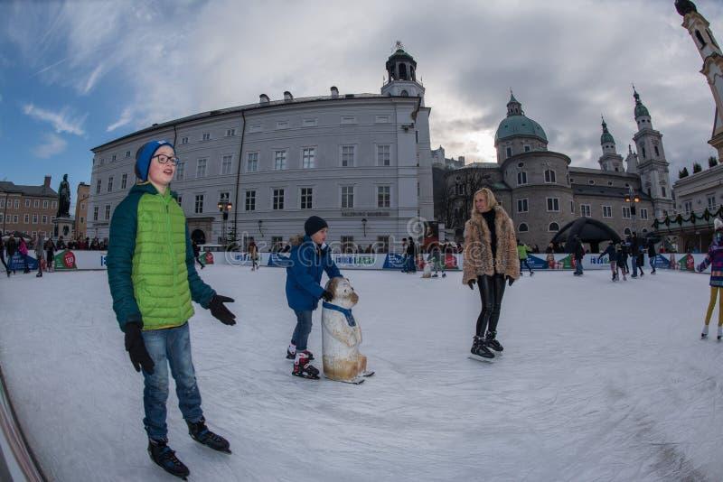 SALZBURG, ÖSTERREICH - 31. Dezember 2015 - Leute, die in Stadt eislaufen stockbild