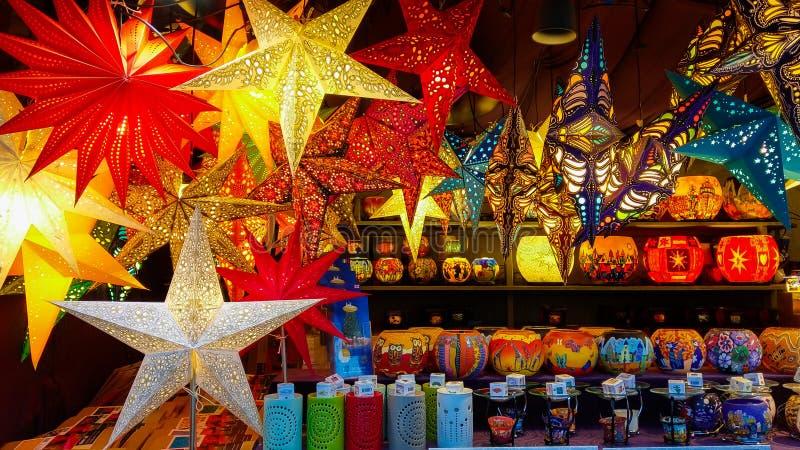 SALZBURG ÖSTERRIKE - DECEMBER 8, 2018: Underbara kulöra lampor och stearinljus på den traditionella julmarknaden av Salzburg arkivbilder