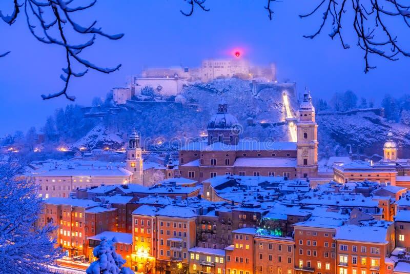 Salzburg Österrike: Tung snö på den historiska staden av Salzburg med den berömda Festung Hohensalzburg och Salzach floden i vint arkivbilder
