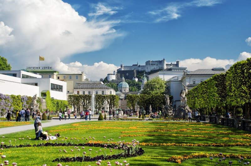 Salzburg, Austria - 7 de mayo de 2016: Hermosa vista de Mirabell Gadens en Salzburg imagen de archivo
