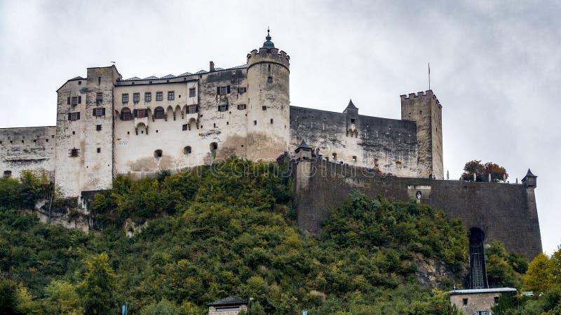 SALZBURG/AUSTRIA - SEPTEMBER 19: Sikt av slotten i Salzburg arkivbild
