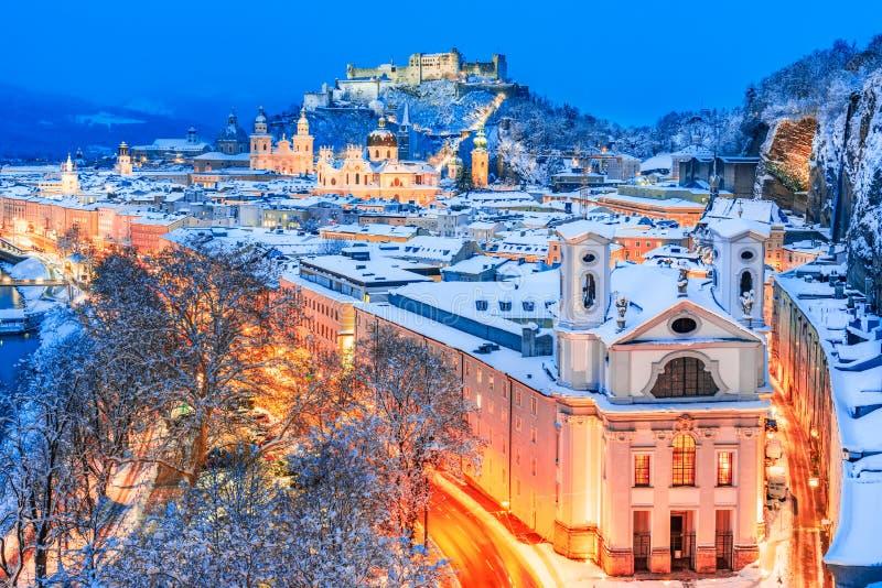 Salzburg, Austria: Viewof del invierno la ciudad histórica de Salzburg con el río famoso de Festung Hohensalzburg y de Salzach imagen de archivo libre de regalías