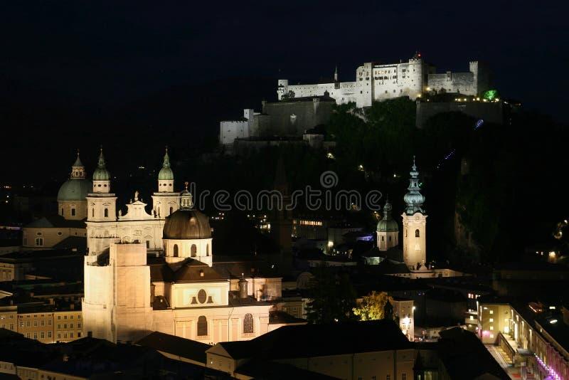 Salzburg bij nacht stock afbeelding