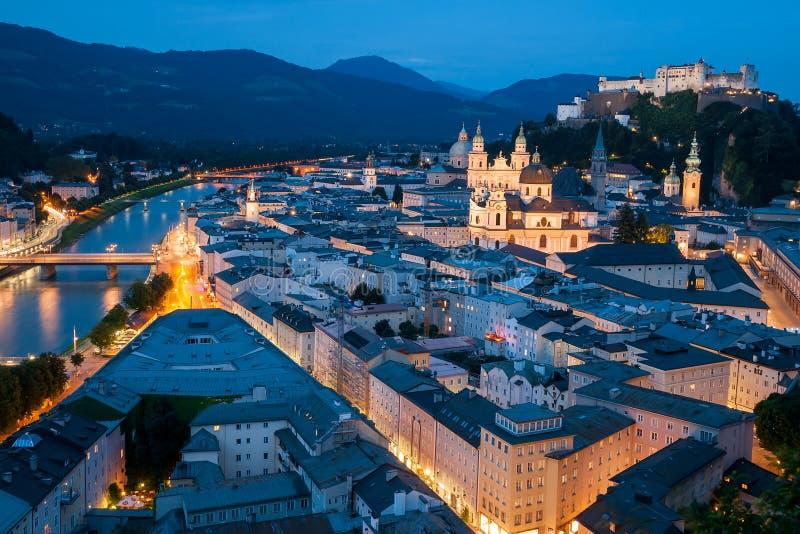 Salzburg bij nacht stock fotografie