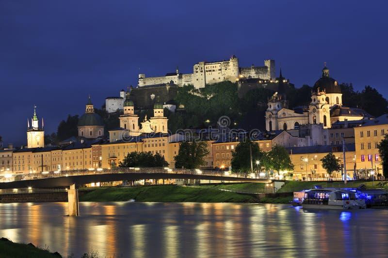 Salzburg bij schemer, Oostenrijk, Europa stock foto's