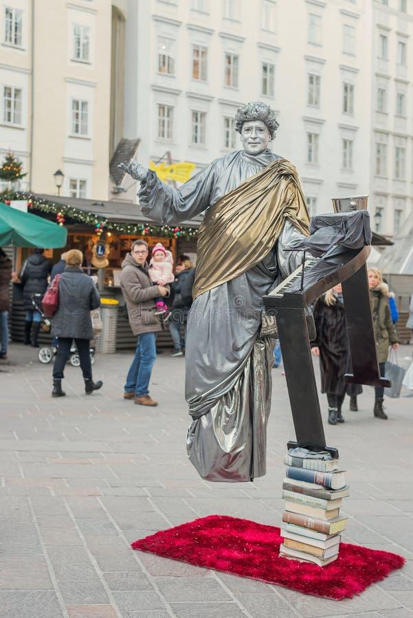 SALZBURG - DECEMBER 7, 2015 Een Straatuitvoerder die zilver imiteren royalty-vrije stock foto's