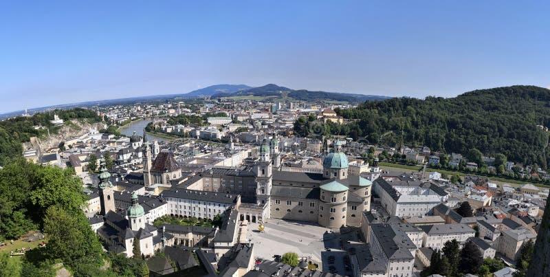 Salzburg, estado federal de Salzburg/de Austria; 06/09/2018: vista panorámica de la ciudad vieja de Salzburg en la orilla foto de archivo