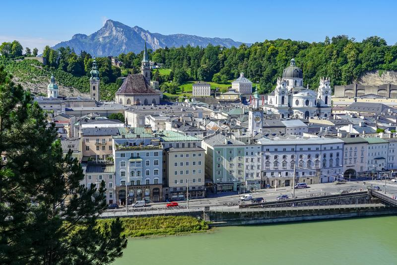 Salzburg-Häuser entlang der Donau lizenzfreies stockbild