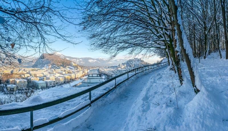 Salzburg horisont med fästningen Hohensalzburg i vintern, Salzburg, Österrike arkivbilder