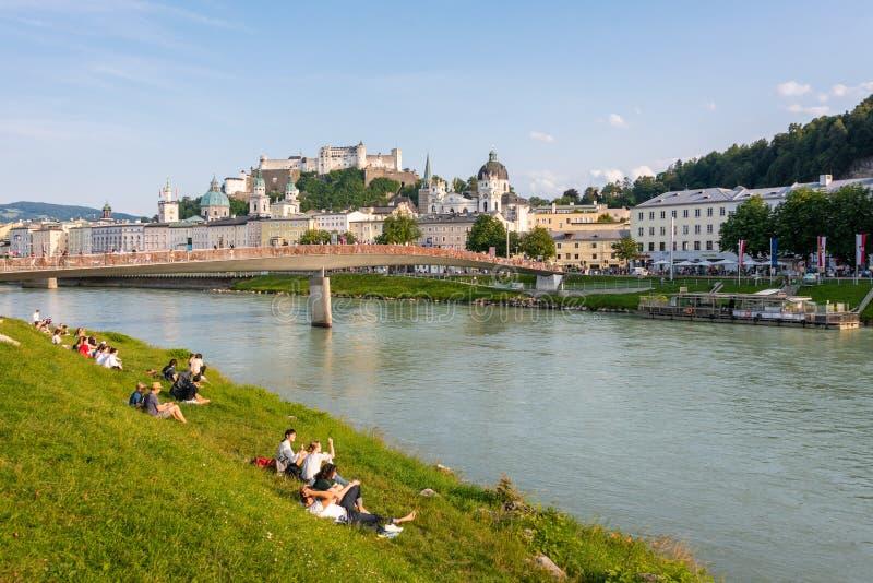 Salzburg linia horyzontu z Hohensalzburg Salzach i fortecy rzeką w lecie, Austria zdjęcie royalty free