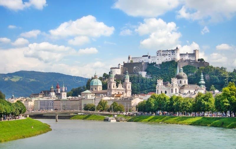 Salzburg linia horyzontu z rzecznym Salzach w Salzburger ziemi, Austria zdjęcia stock