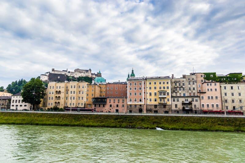 Salzburg miasto i Salzach rzeka obrazy royalty free
