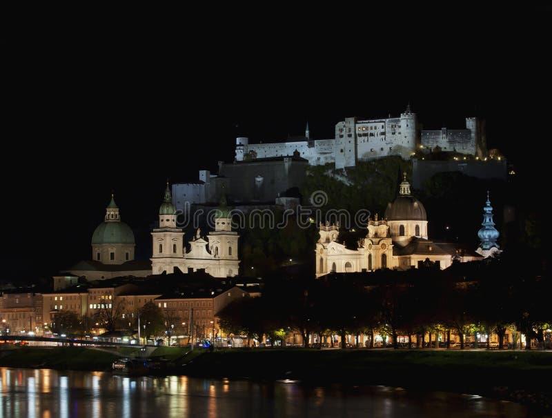 Salzburg nachts stockfotos