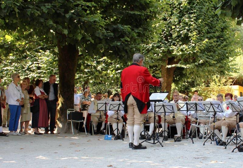 Salzburg, Oostenrijk: Prestaties van het orkest in nationale kostuums in het Mirabell-park in Salzburg royalty-vrije stock afbeeldingen