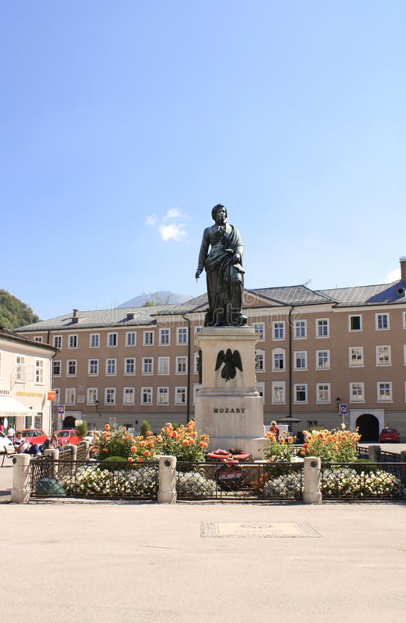 SALZBURG, OOSTENRIJK - 3 SEPTEMBER, 2013: Standbeeld van de beroemde componist Mozart stock afbeeldingen