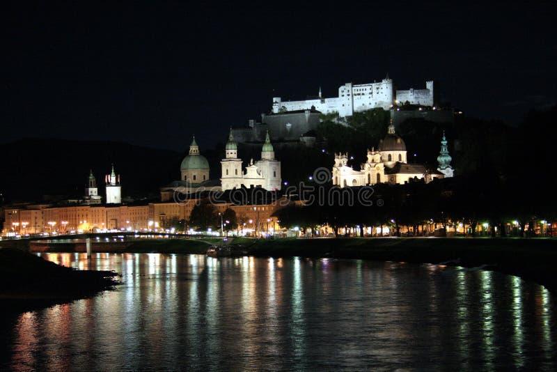 Salzburg på natten arkivfoton