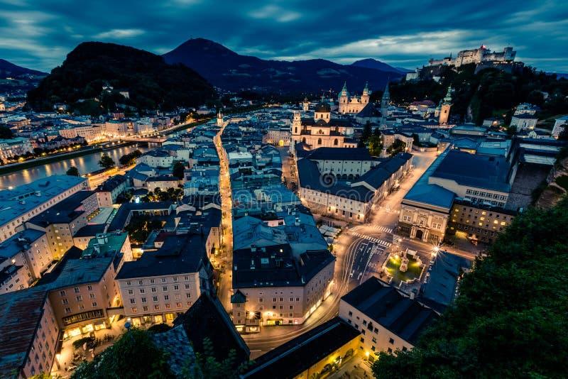 Salzburg på natten med Festung Hohensalzburg royaltyfri bild